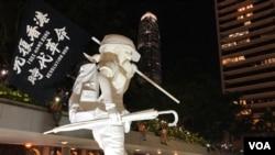 """數以千計香港市民參與9月6日中環遮打花園""""反濫捕、抗威權""""集會,大會放置香港民主女神像。( 美國之音 湯惠芸拍攝)"""