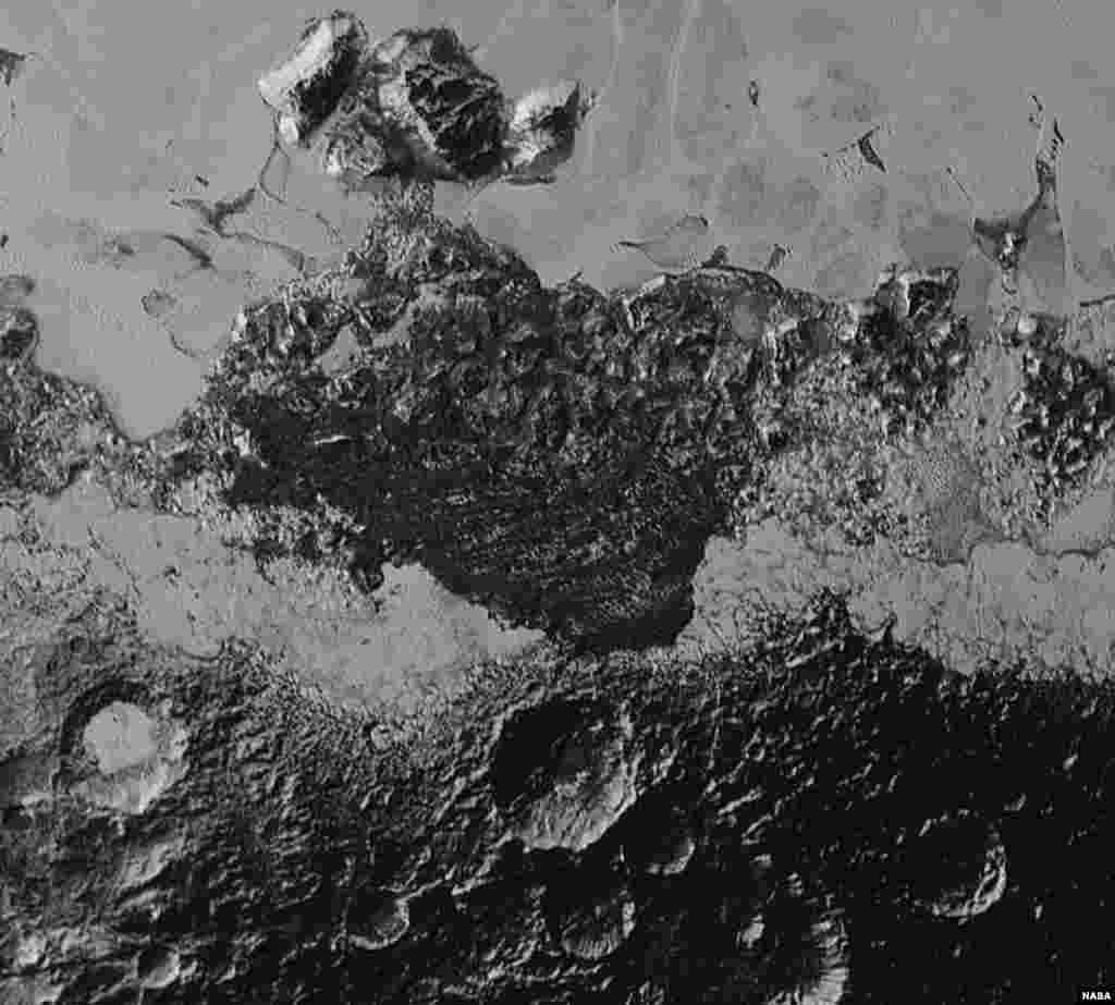 """New Horizons'ın Jeoloji, Jeofizik ve Görüntüleme ekibinin başı Jeff Moore yaptığı açıklamada, """"Plüton'un yüzeyinin her bir parçası Mars'ın da olduğu gibi karmaşık. Rastgele karşılaşılan tepeler, Sputnik Planum adını verdiğimiz bir bölgede, geniş, yumuşak donmuş nitrojen rezervlerinin içinde gezinen büyük sert buzlu su kütleleri olabilir."""