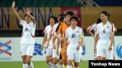 4일 중국 후베이성 우한스포츠센터에서 열린 동아시안컵 여자축구대회에서 중국에 승리한 북한 선수들이 손을 흔들며 퇴장하고 있다.