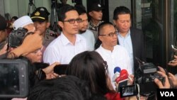 Juru bicara KPK Febri Diansyah (baju putih kiri) dan mantan anggota DPR Drajat Wibowo (kanan depan) memberikan keterangan kepada wartawan usai melakukan pertemuan, Senin 5/6. (VOA/Fathiyah)