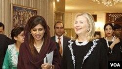 Menlu Pakistan Hina Rabbani Khar menerima Menlu AS Hillary Clinton di Islamabad (Oktober 2011). Kedua Menlu bertemu di sela konferensi Somalia di London (23/2).