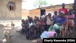 "Charline Katsuva, fondatrice de l'orphelinat ""Maman Marie"" entourée d'enfants à Beni, RDC, 17 octobre 2018. (VOA/Charly Kasereka)"