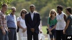 Presidente Obama e a esposa Milchelle Obama no cemitério de Arlington prestando homenagem as vitimas dos ataques terroristas do 11 de Setembro de 2001
