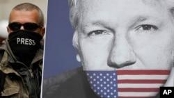 Seorang Julian Assange, dengan poster pendiri WikiLeaks, bergabung bersama para pengunjuk rasa lainnya untuk memblokir jalan utama di depan Pengadilan Westminster di London, 2 Mei 2019.