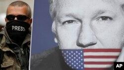Seorang pendukung Julian Assange, dengan poster pendiri WikiLeaks, bergabung dengan pengunjuk rasa lain untuk memblokir jalan utama di depan Pengadilan Westminster Magistrates di London, 2 Mei 2019. (Foto: AP)