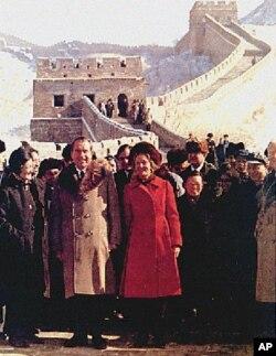 1972年尼克松夫婦遊覽長城,左側女士為章含之