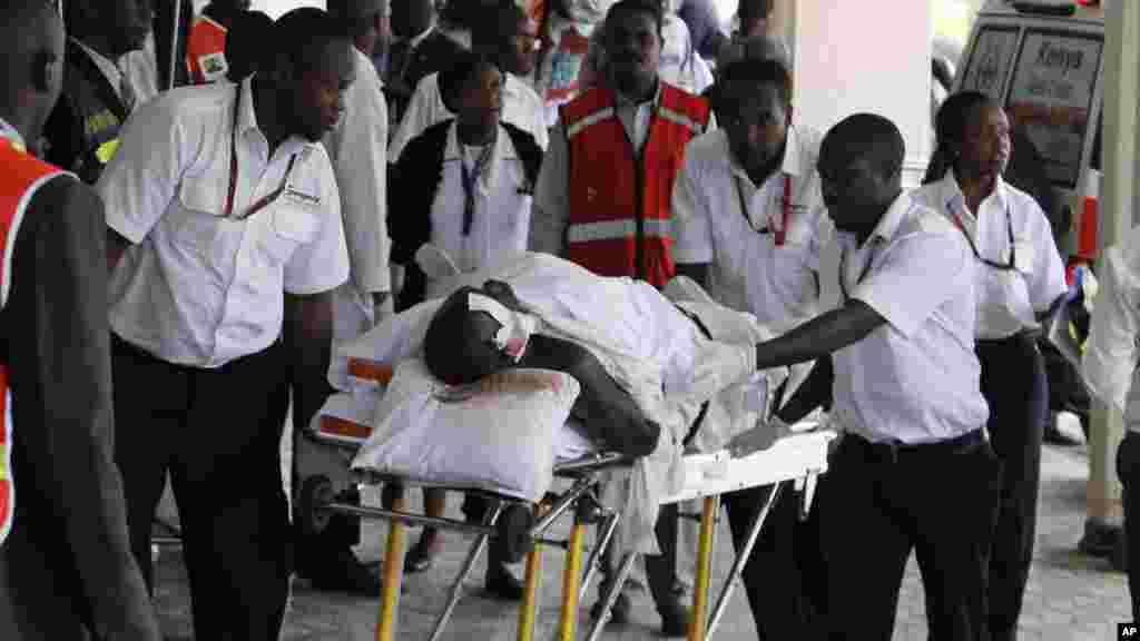 Wauguzi wakiingiza mtu aliyejeruhiwa ndani ya hospital mjini Mandera.