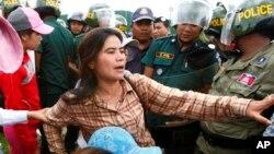 Tep Vanny (tengah), aktivis hak perumahan dan isu penggusuran paksa, ditahan setelah melakukan aksi unjuk rasa di Phnom Penh (foto: dok).