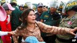 Cô Tep Vanny, nhà hoạt động cộng đồng hồ Boeung Kak bị cảnh sát ngăn chận trong một cuộc biểu tình