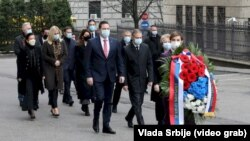Premijerka i članovi Vlade odali su poštu ubijenom premijeru Srbije Zoranu Đinđiću (izvor: Vlada Srbije, www.srbija.gov.rs)