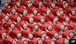 평창동계올림픽 북한 응원단이 15일 피겨 스케이팅 경기에 앞서 응원을 펼치고 있다.