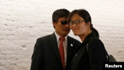 Pembangkang tunanetra China, Chen Guangcheng dan istrinya Yuan Weijing (Foto: dok). Aktivis Chen mengunjungi Taiwan selama 18 hari untuk melakukan serangkaian ceramah atas undangan Perhimpunan Taiwan bagi HAM di China.