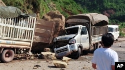 9月7日一次5.7級地震和多次餘震襲擊了貴州省和雲南省交界﹐大石從山上滾下﹐壓毀一部卡車