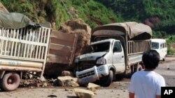 7일 중국 윈난성 자오통 마을에서 지진으로 발생한 낙석에 부서진 자동차.