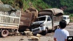 Truk rusak tertimpa batu jatuh karena gempa di Zhaotong, provinsi Yunan, Tiongkok. (Foto: AP)