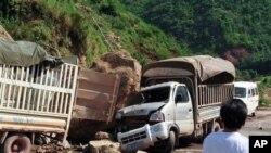 Xe vận tải bị hư hại vì đá đổ xuống trong trận động đất ở Vân Nam
