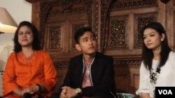 Ibu negara Iriana Jokowi (kiri) mengadakan jumpa pers rencana pernikahan putra pertama Presiden, Gibran Rakabuming Raka dengan Selvi Ananda (kanan) di Solo, Selasa 14/4 (foto: VOA/Yudha).