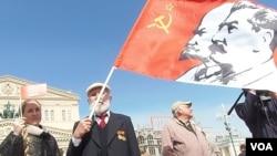 展示共产党标志违法 拉脱维亚男子挥舞苏联国旗受处罚