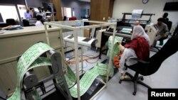 نادرا میں قومی شناختی کارڈ کی تیاری کا ایک مرحلہ