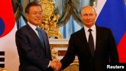 Tổng thống Nga Vladimir Putin và Tổng thống Hàn Quốc Moon Jae-in bắt tay trong một cuộc hội kiến tại Điện Kremlin, Moscow, Nga, ngày 22 tháng 6, 2018.