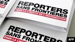 Des communiqués de presse sont présentés le 25 avril 2018 à Paris lors d'une conférence de presse de Reporters sans frontières (RSF) pour présenter son indice mondial de la liberté de la presse pour 2018.
