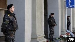 Сотрудники сил безопасности охраняют вход в метро, Минск, 12 апреля 2011г.