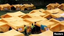 La policía vigila las tiendas de campaña de un campamento temporal para refugiados venezolanos en Bogotá, Colombia. Foto de archivo.