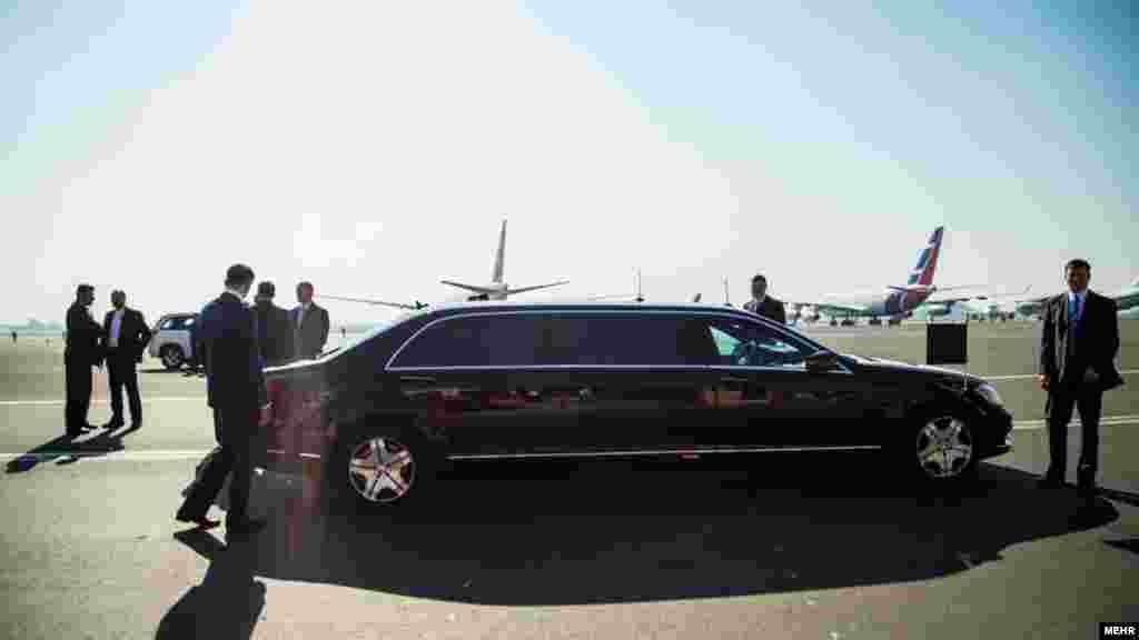 """ولادیمیر پوتین در حالی به تهران سفر کرده که خودروی مخصوص خود را هم آورده است. مرسدس بنز مدل """"اس - ۶۰۰ گارد"""" که از آن به عنوان امنترین ماشین بر روی کره زمین یاد میشود. عکس: حسین اسماعیلی، مهر"""