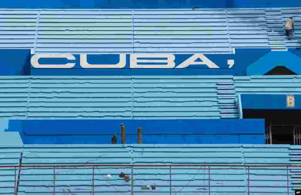 ورزشگاهی در کوبا که بعد باراک اوباما و رئیس جمهوری کوبا در آن یک بازی بیس بال تماشا کردند.