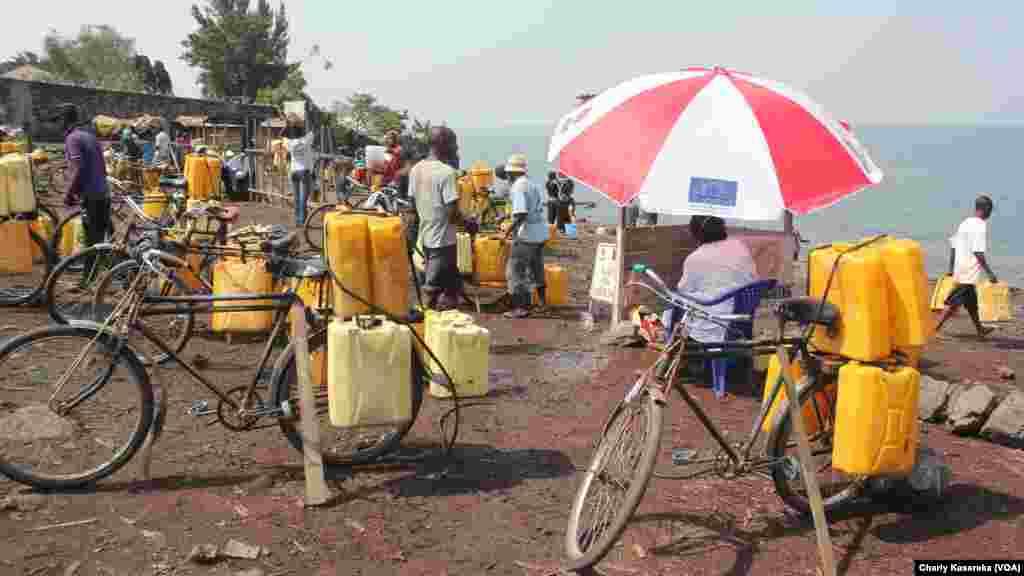 Beaucoup de gens se livrent au vente de l'eau puisée du lac Kivu pour nourrir leur famille et envoyer leurs enfants à l'école à Goma, Nord-Kivu
