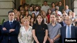Quelques personnes observent un moment de silence en mémoires des victimes de l'attaque à l'aide d'un camion lors de la Bastille Day à Nice, au parlement espagnol à Madrid, Espagne, 15 juillet 2016. REUTERS / Andrea Comas