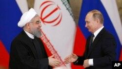 ប្រធានាធិបតីរុស្ស៊ី Vladimir Putin ចាប់ដៃជាមួយប្រធានាធិបតីអ៊ីរ៉ង់ Hassan Rouhani ក្នុងសន្និសីទកាសែតរួមគ្នាមួយនៅវិមានក្រឹមឡាំង ក្នុងទីក្រុងមូស្គូ កាលពីថ្ងៃទី២៨ ខែមីនា។