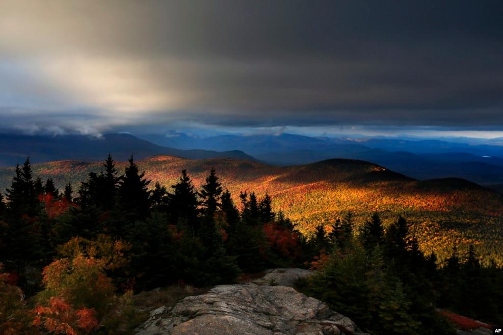 미국 뉴햄프셔주 채텀 일대 산악지역을 물들인 단풍.