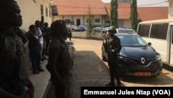 Un gendarme en faction au tribunal militaire de Yaoundé, le 14 décembre 2018. (VOA/Emmanuel Jules Ntap)