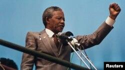 نلسن مندیلا، رهبر جنبش ضد اپارتاید و اولین رئیس جمهور سیاه پوست افریقای جنوبی