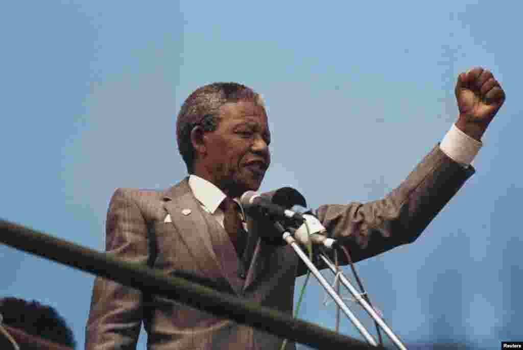 Nelson Mandela oo khudbad ka jeedinayay dbadbax ka dhacay magaaada Port Elizabeth, April 1, 1990. REUTERS/Juda Ngwenya (SOUTH AFRICA) - RTR1KVPW