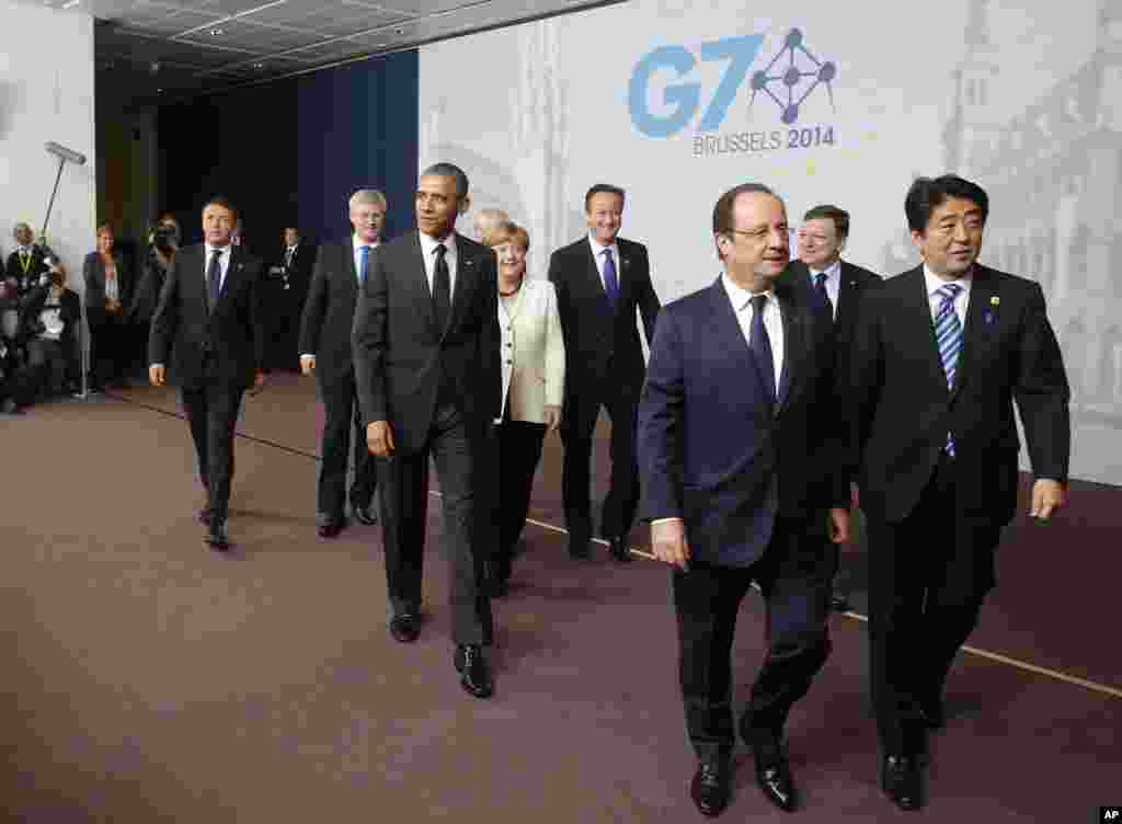 U.S. President Barack Obama walks with Italian Prime Minister Matteo Renzi, Canadian Prime Minister Stephen Harper, German Chancellor Angela Merkel, British Prime Minister David Cameron, French President Francois Hollande, European Commission President Jose Manuel Barroso and Japanese Prime Minister Shinzo Abe after a G7 group photo in Brussels, June 5, 2014.