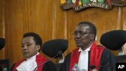 Jaji mkuu wa Kenya David Maraga (Kulia0 na naibu wake, Philemona Mwilu.