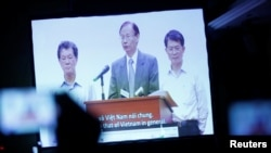 A video clip shows Formosa Ha Tinh Steel president Chen Yuan-cheng (C) offering an apology to Vietnamese government and people at a press conference on the recent fish deaths in Vietnam's central province, in Hanoi, Vietnam June 30, 2016.