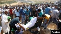 Warga melakukan pemakaman terhadap para korban serangan bunuh diri pada pesta pernikahan di Gaziantep, Turki tenggara (21/8).