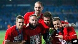 ဘုိင္ယဲန္ျမဴးနစ္အသင္း (ဝဲမွယာ) Philipp Lahm, Franck Ribery, Tom Starke, Mario Mandzukic and Xherdan Shaqiri ေနာက္ဆံုးပဲြစဥ္အႏိုင္ရၿပီး ေအာင္ပဲြခံၾကစဥ္။
