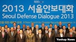세계안보관계자들이 12일 서울 조선호텔에서 열린 2013 서울안보대화 개막식을 마치고 나서 기념촬영하고 있다.