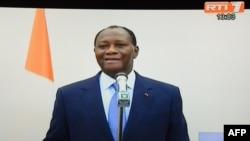 Cette photo prise sur un écran de télévision à Abidjan le 27 février 2014 montre le président ivoirien, Alassane Ouattara, faisant, de Paris, une annonce diffusée sur la télévision ivoirienne.