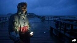 David Cruz Marrero observa las olas en el muelle Punta Santiago horas antes del inminente impacto de María, cuando era categoría 5 antes de dirigirse a Puerto Rico.