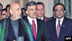 土耳其总统居尔(中)与卡尔扎伊和扎尔达里