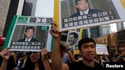 Binh viên biểu tình đòi dân chủ cầm biểu ngữ tuần hành tới tư gia của ông Lương Chấn Anh tại Hong Kong, ngày 22/10/2014.