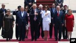 도널드 트럼프 미국 대통령과 멜라니아 트럼프 부부(가운데)가 22일 이스라엘 텔아비브에 도착한 직후 베냐민 네타냐후 이스라엘 총리 부부(오른쪽), 레우벤 리블린 이스라엘 대통령 부부(왼쪽)와 환영식에 참석했다.