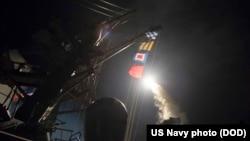 """Krstareća raketa tipa Tomahavk prilikom lansiranja sa razarača američke ratne mornarice """"USS Ross"""", u istočnom Sredozemlju, u petak 7. aprila 2017. u znak odmazde za napad hemijskim oružjem snaga sirijskog predsednika Bašara al Asada na civilno stanovništvo u pokrajini Idlib pod pobunjeničkom kontrolom. (snimak američke ratne mornarice)"""