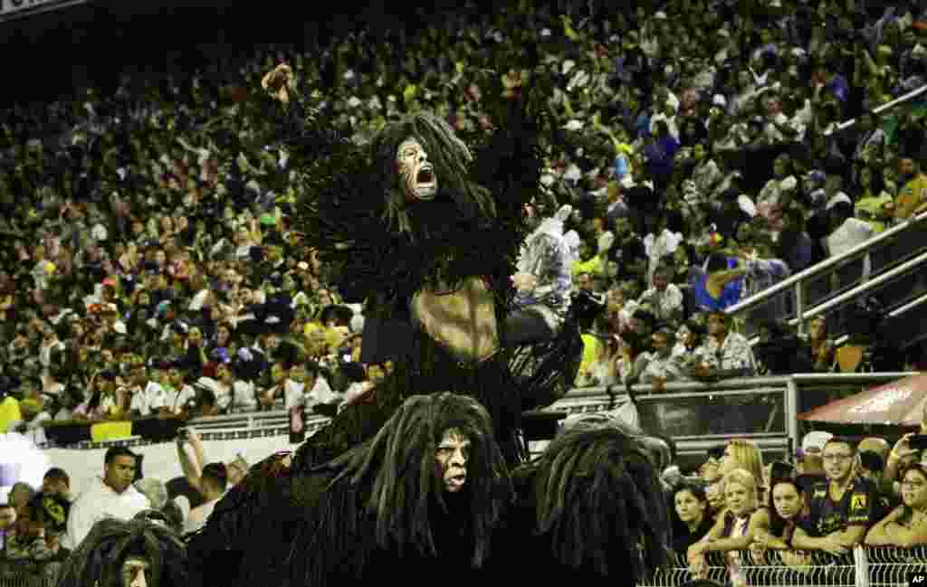 این دسته از رقصندگان با لباسهای نسبتا متفاوت به دنبال روایت داستانی از پیدایش هستند.