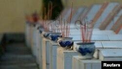 Các ngôi mộ trong nghĩa trang liệt sĩ tại Lạng Sơn, gần biên giới với Trung Quốc.